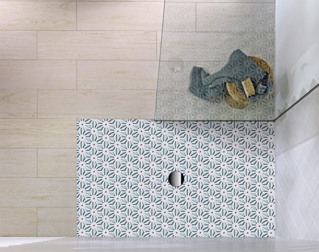 Sprchová vanička Subway Infinity (Villeroy Boch) s geometrickým dekorem technologií Viprint, cena od 18 785 Kč,  www.koupelny-ptacek.cz