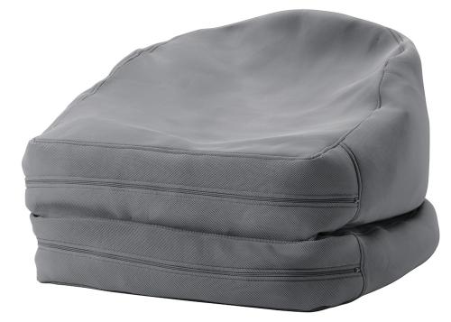 Sedací vak Bussan (Ikea) lze rozložit na lůžko použitelné i v exteriéru, snímatelný potah, 187 × 94 cm, cena 2 490 Kč, www.ikea.cz