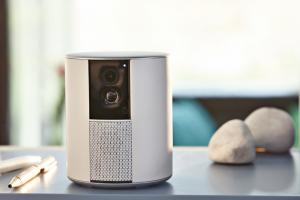 Za design oceněná jednotka Somfy One obsahuje vestavěnou HD kameru s nočním viděním, sirénu 90+dB a vyniká jednoduchým nastavením, cena od 6 500 Kč, www.somfy.cz