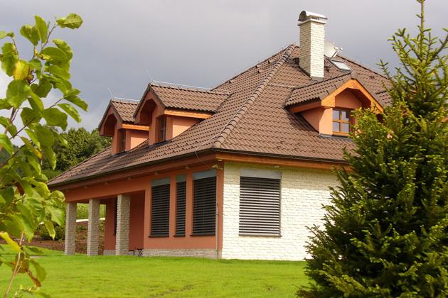Předokenní žaluzie chrání okna rovněž před nepříznivým počasím – deštěm, větrem, mrazem, ale i kroupami, které je mohou poškodit (zdroj: ISOTRA)