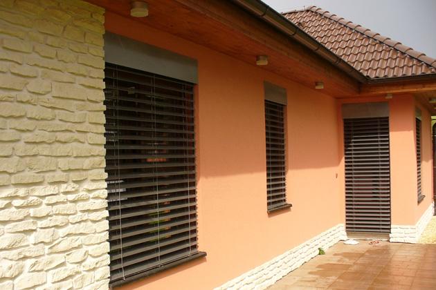 Venkovní žaluzie mají celou řadu praktických funkcí. Patří mezi ně zejména termoregulace, ochrana před hlukem, světelným smogem, nepříznivému počasí i zvědavými zraky sousedů (zdroj: ISOTRA)