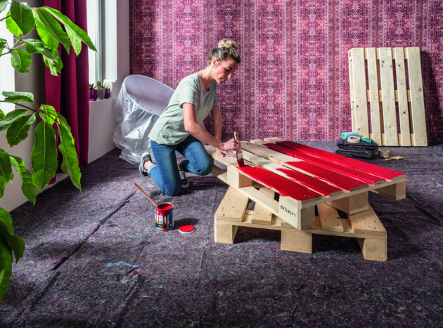 Originální dřevěný nábytek do obýváku z palet a beden