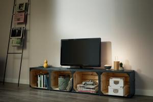 Chcete svému obývacímu pokoji vdechnout nový neotřelý vzhled? Sdřevěným nábytkem zpalet a beden to půjde samo.