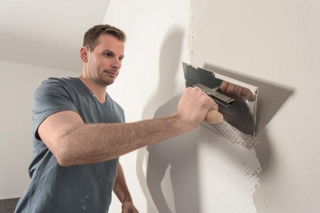 Stěny je v první řadě potřeba na malování důkladně připravit. Nejprve se musí očistit od starých nátěrů či tapet a zbavit nerovností. K tomu vám poslouží štuk, s jehož pomocí vrátíte stěnám svého domova čisté linie