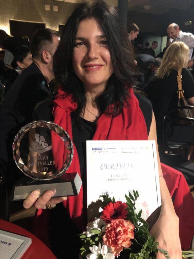 Cenu si na místě převzala spoluautorka knihy a zakladatelka nakladatelství Smart Press