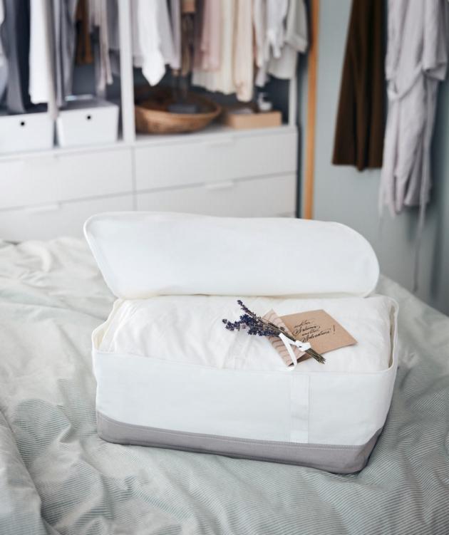 Pro uložení lůžkovin nebo zimního oblečení se skvěle hodí měkké úložné díly LACKISAR, které jsou vyrobeny z recyklovaného PET plastu. Využijete jak v šatních skříních PAX, ale klidně také jako úložné boxy pod postel. Jsou k dostání ve třech různých velikostech.