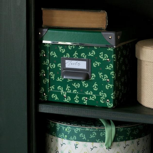 Krabice FJÄLLA nejenže barevně rozzáří váš interiér, ale zároveň vám umožní organizovat své věci stylově. S IKEA se můžete na sezónní úklid připravit a skvěle si ho užít.