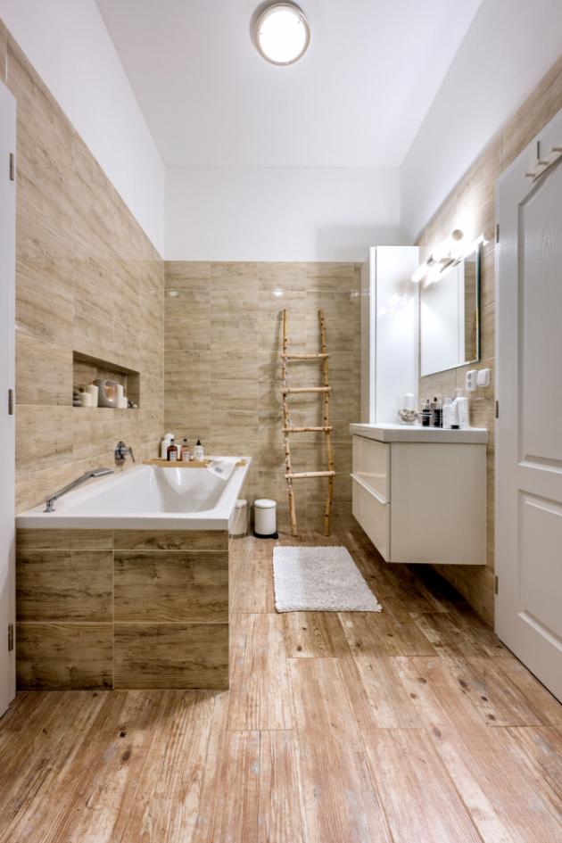 Způvodní kuchyně vznikla koupelna s přilehlou šatnou.