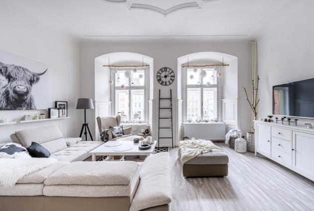 Byt v měšťanském domě z období 16. století byl dva roky neobývaný. Noví nájemníci ho vlastními silami přebudovali na svěží a útulný interiér, ve kterém tak rádi přebývají, že i pouhé bytí doma považují za svého koníčka.