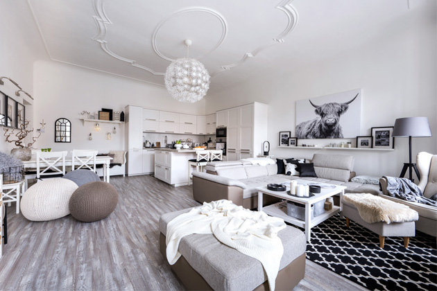 Bílá kuchyň se středovým varným ostrůvkem je z IKEA, dále nakupovali majitelé v obchodech Jysk, Pepco, Kik, Möbelix, v Německu v Dänisches a na e-shopech