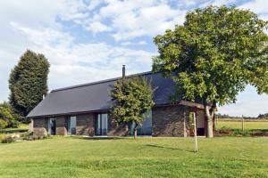 Novostavba vycházející zarchetypu původních venkovních stavení nahradila chaloupku zlepené hlíny. Převzala její tvarosloví včetně sklonu střechy, rozměry adetail však odpovídají současným požadavkům