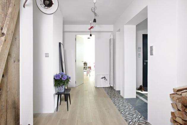 Díky zrušení dveří avybourání příček se původní zádveří volně propojilo schodbou vedoucí dojednotlivých místností