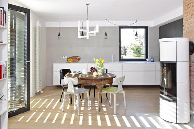 Zeď zakuchyní pokrývají keramické obklady vrozměru 3 × 1 metry dodávané firmou Archtiles