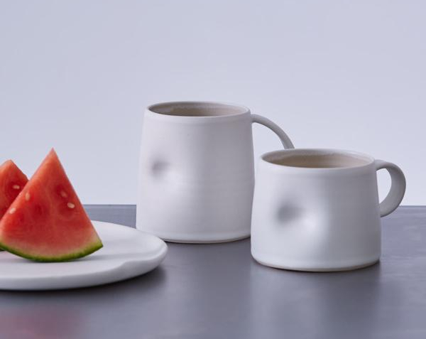 Učení Wabi Sabi si vybírá spíše hladké a lesklé materiály. Namísto dokonalé formy oslavuje přírodní tvary, asymetrie a nepříliš ostré linie. Vůbec si nepotrpí na zdobnost, proto se vyhněte příliš složitým vzorům a strukturám. (zdroj: trouva.com)