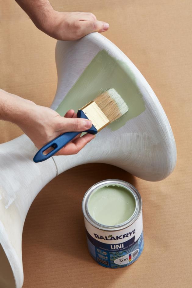 Nejlepší volbou jsou speciální nátěry na plasty nebo univerzální barvy, které drží na většině povrchů