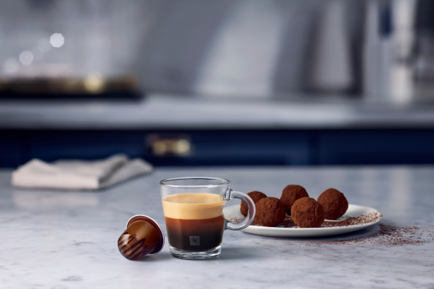 Barista Creations Cocoa Truffle – aroma hořké čokolády se potkává s cereálními tóny zrn Arabica z Latinské Ameriky v espressu, které bylo inspirováno bohatou chutí, připomínající hořkou čokoládovou pralinku.