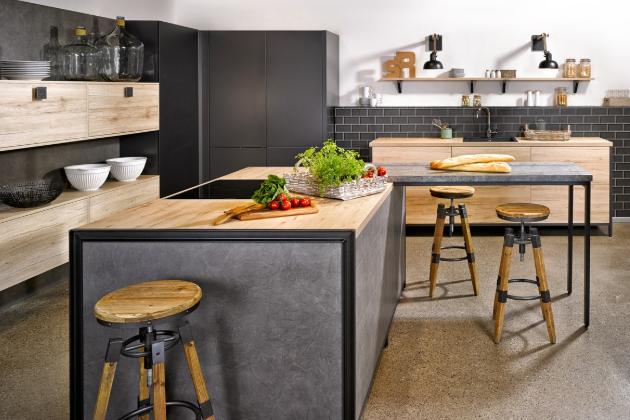 Kuchyň značky Bauformat kombinuje model San Remo světlý dub v odstínu písku s modelem Porto S hedvábný mat v odstínu carbon a model Bern Art dekor čedič, www.oresi.cz