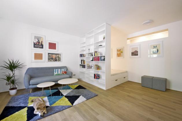 Veškerý nábytek byl podle návrhů architektky vyráběný na zakázku truhlářstvím Miroslav Mokrý, sedačka je z Bonami