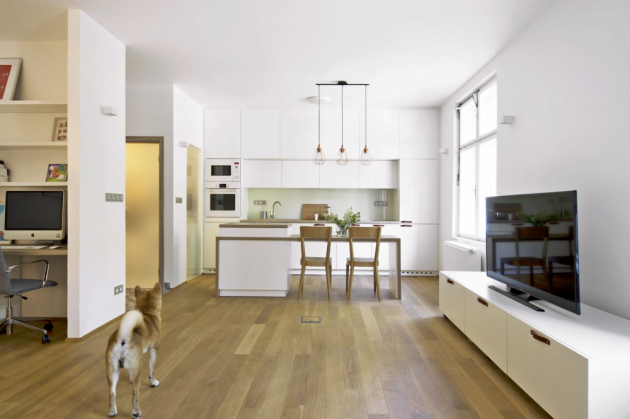 Kuchyň je vybavená ostrůvkem, který slouží zároveň jako jídelní stůl, židle Era jsou značky Ton