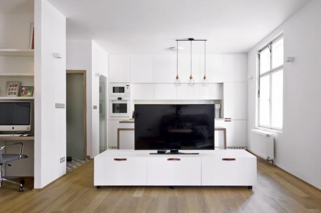 Díky TV stolku na kolečkách lze obytný prostor kdykoli předělit