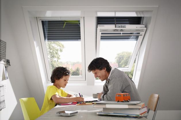 Venkovní rolety pro střešní okna výrazně zlepší komfort v podkrovních místnostech, například snížením teploty v létě o 7 %, www.velux.cz