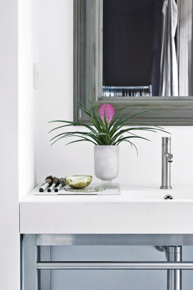 """Exotické květy orchidejí se mohou stát i nástrojem určujícím barevnost koupelny. Do koupelen jsou vhodné třeba orchideje tropického původu známé pod názvem můrovec (Phalaenopsis), které byste měli zasadit do speciálního substrátu a speciálního květináče určeného pro orchideje, jenž nedovolí, aby květina """"stála"""" ve vodě."""