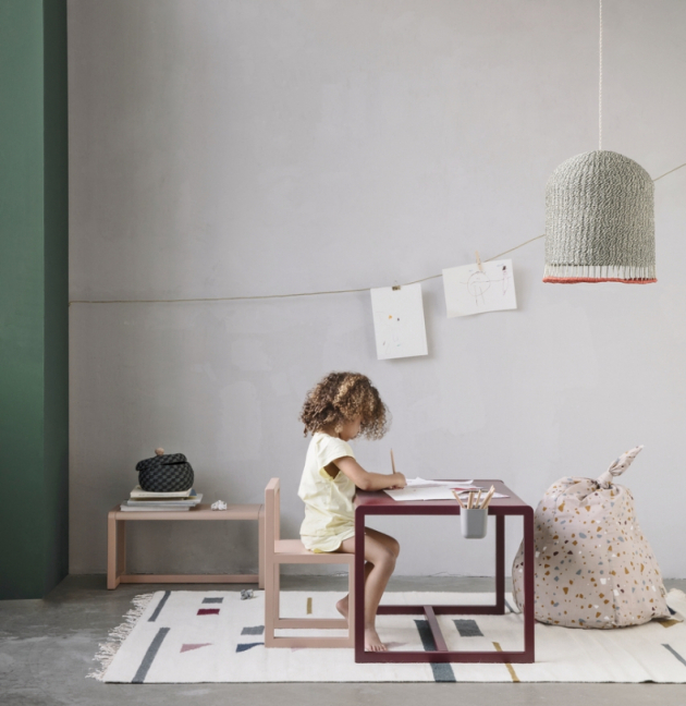 Židle z dětské kolekce Little Architect (Ferm living) z lakované jasanové dýhy, cena 3 290 Kč, www.designville.cz