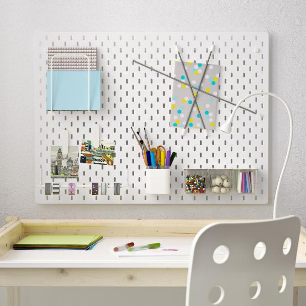 Nástěnka ze série Skadis (IKEA), kombinace s dírkovanou deskou, 76 × 56 cm, cena 999 Kč, www.ikea.cz