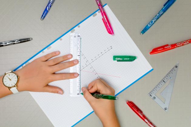 Pilot FriXion – inkoust lze snadno vygumovat a přepsat, takže nehrozí žádné škrtance. Ergonomický tvar s gumovou rukojetí usnadní psaní malým školákům, cool vzhled zaujme i větší studenty. Doporučená MOC 72,00 Kč.