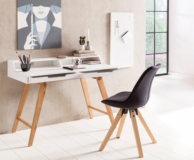 Bílý psací stůl s dřevěnými nohami Skandi, 5954 Kč, WestwingNow.cz