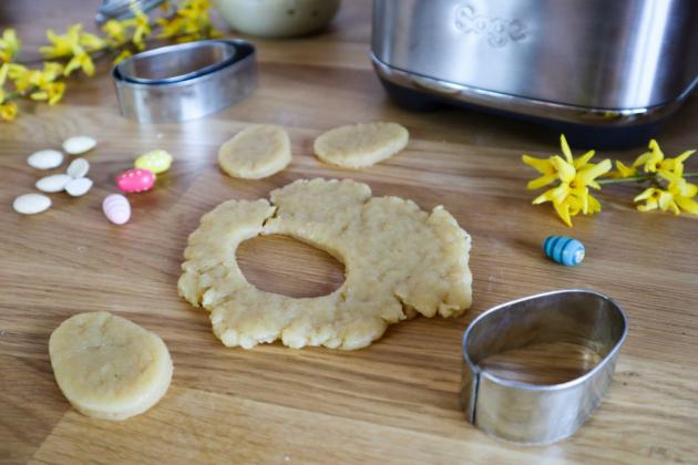 Těsto vyválejte do přibližně půlcentimetrové placky a vykrajovátkem vykrojte požadované tvary. Ty položte na plech s pečícím papírem a dejte je péct do trouby na 10–12 minut. Upečené sušenky nechte vychladnout.