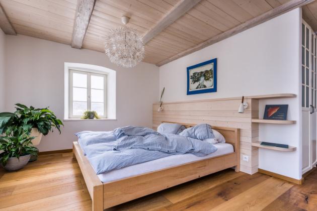Ložnice rodičů je zařízená jednoduše, aby poskytovala především klid a pohodlí