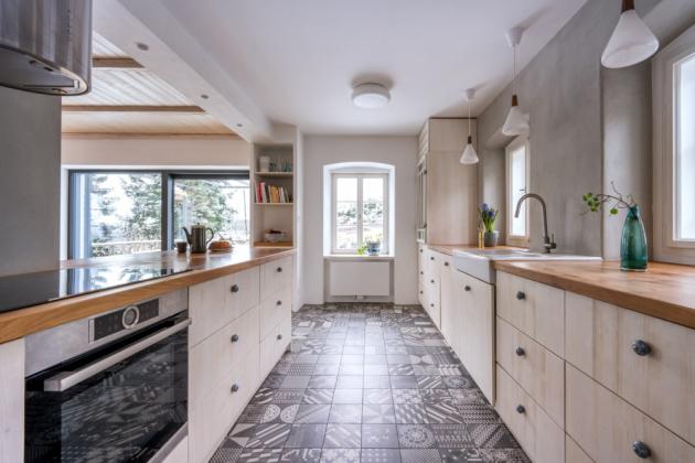 V místě původního výčepu, který míval v sezóně i výdejní okénko na terasu, je nová a prostorná kuchyň