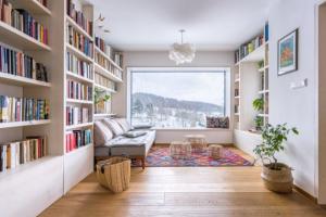 Knihovna je útočištěm pro rodiče, kteří tady tráví chvíle odpočinku s knihou či jen s výhledem do údolí, který v mnohém nahradí televizi