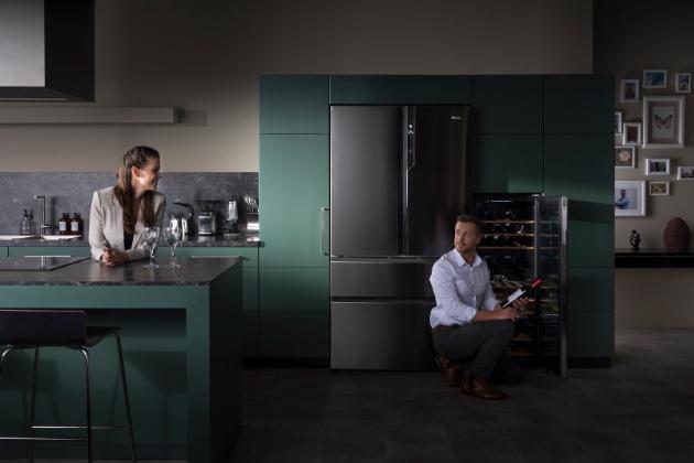 Vinotéky Haier vytvářejí optimální podmínky pro uchovávání vín a vy si tak svou vášeň můžete užít vplné míře na profesionální úrovni, což dokádá i jejich časté využití vrestauracích nebo barech. Vybírat můžete zjedno- nebo dvouzónových se samostatným ovládáním teploty na LED displeji, skapacitou od 30 do 137 lahví, snerez nebo dřevěnými policemi.