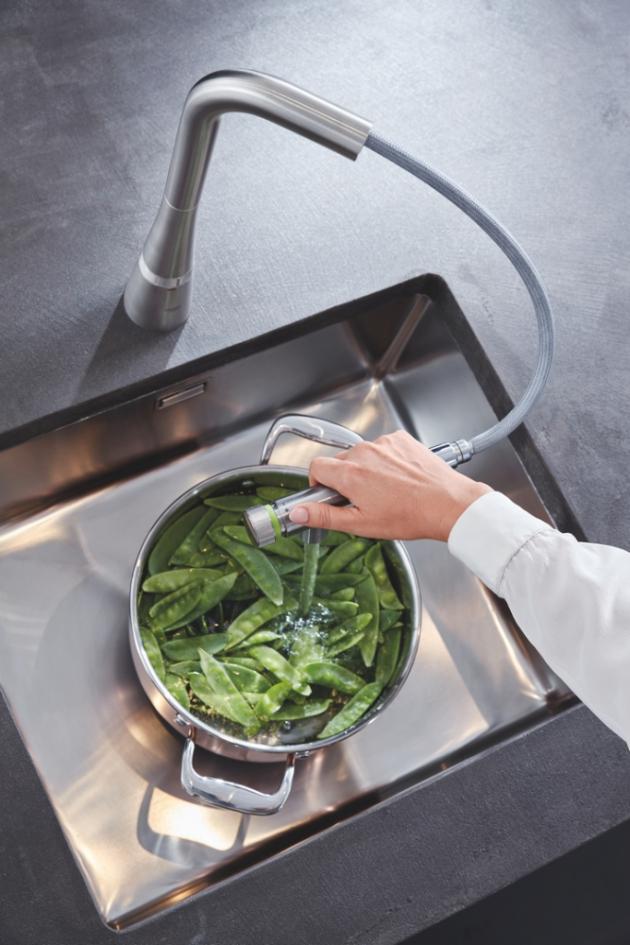 Přes 1500 spotřebitelů a 15členná odborná porota ankety Kitchen Innovation Prize se shodují: baterie GROHE Zedra SmartControl si zaslouží ocenění za nejlepší inovaci roku, Kitchen Innovation of the Year® 2020, v kategorii kuchyňských dřezů a baterií.