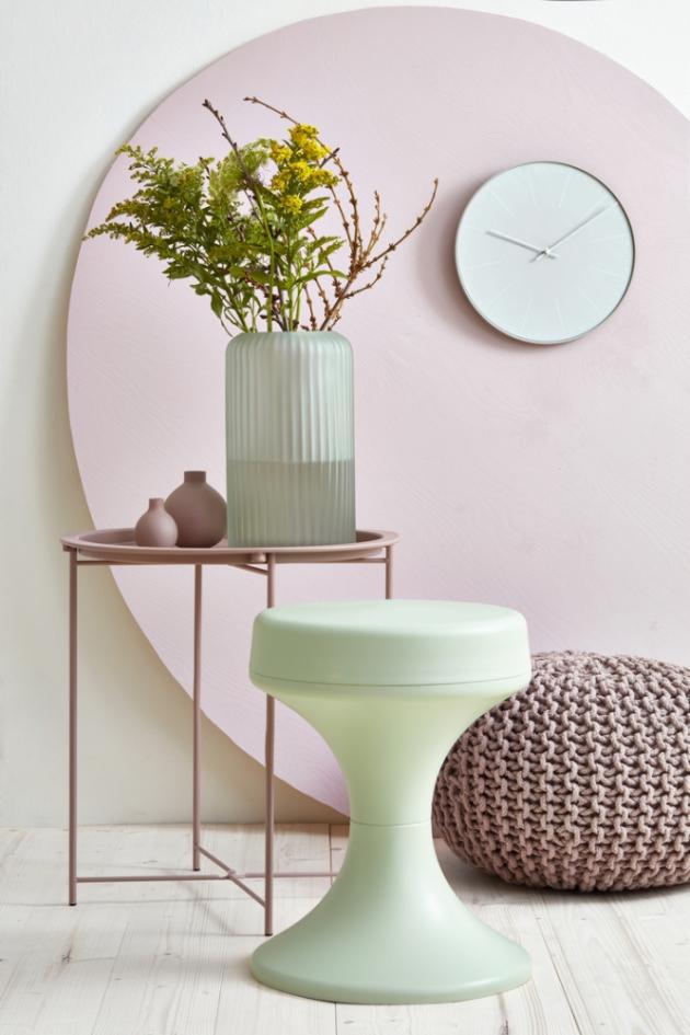 Obývací pokoj je laděný v jemnémseverském stylu. Barevná kombinace působí lehce, mladistvě a téměř snově. Základem je světlá podlaha, natřená Voskovým olejem od Balakrylu vodstínu dub bílý, a bílá police kombinovaná spastelovými barvami na nábytku