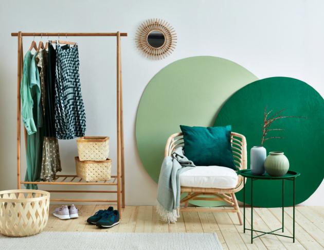 """Tento moderní styl je inspirovaný trendem """"eco living"""", tedy přírodou a rostlinami. Aby předsíň nepůsobila jednotvárně, je dobré kombinovat různé struktury, např. hladký stolek a vázy sreliéfem. Kombinace přírodní podlahy a bambusového nábytku je akcentována dvěma odstíny zelené Balakryl UNI, tmavé lesní zelené a pistáciové. Po návratu z ruchu velkoměsta či po náročném pracovním dni můžete začít klidně relaxovat."""