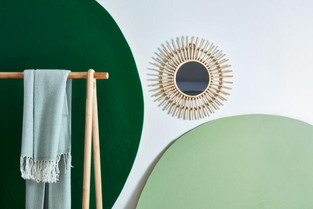 Tento moderní styl je inspirovaný trendem eco living, tedy přírodou a rostlinami. Aby předsíň nepůsobila jednotvárně, je dobré kombinovat různé struktury, např. hladký stolek a vázy sreliéfem. Kombinace přírodní podlahy a bambusového nábytku je akcentována dvěma odstíny zelené Balakryl UNI, tmavé lesní zelené a pistáciové. Po návratu z ruchu velkoměsta či po náročném pracovním dni můžete začít klidně relaxovat.