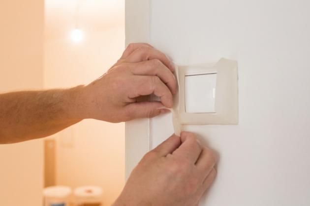Věřte, že řádná příprava je mnohdy důležitější než samotné malování. Pokud se vám nábytek nechce vystěhovávat z místnosti úplně pryč, přemístěte jej do jejího středu. Usnadníte si tak přístup ke stěnám i stropu. Všechen nábytek pak překryjte zakrývací fólií. Nepodceňte ani zakrytí všech zásuvek, vypínačů či podlahových lišt, které ve většině případů postačí oblepit krycí páskou.