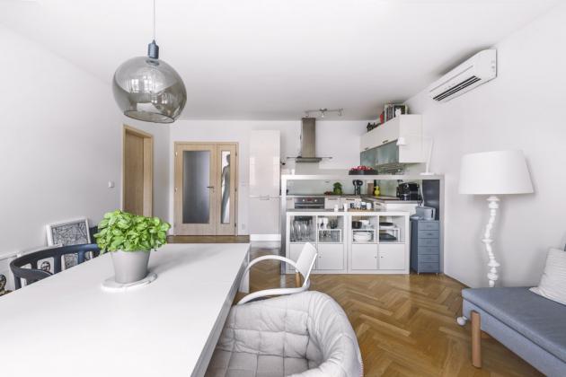 V této kuchyni se pohybuje a rád vaří muž, čemuž odpovídá i minimalisticky pojaté zařízení