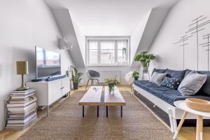 Obývací pokoj je vybaven přesně takovým objemem nábytku, který činí prostor čistý, a přesto zabydlený