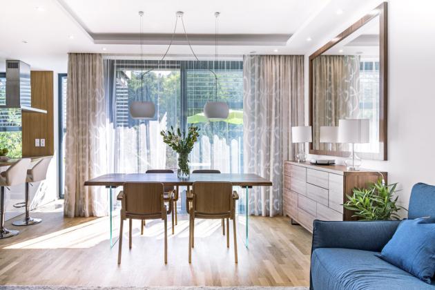 Atmosféru dodává interiéru i osvětlení v podobě lampiček, desénových závěsných lustrů i bodová světla zabudovaná do nově vytvořených stropních podhledů