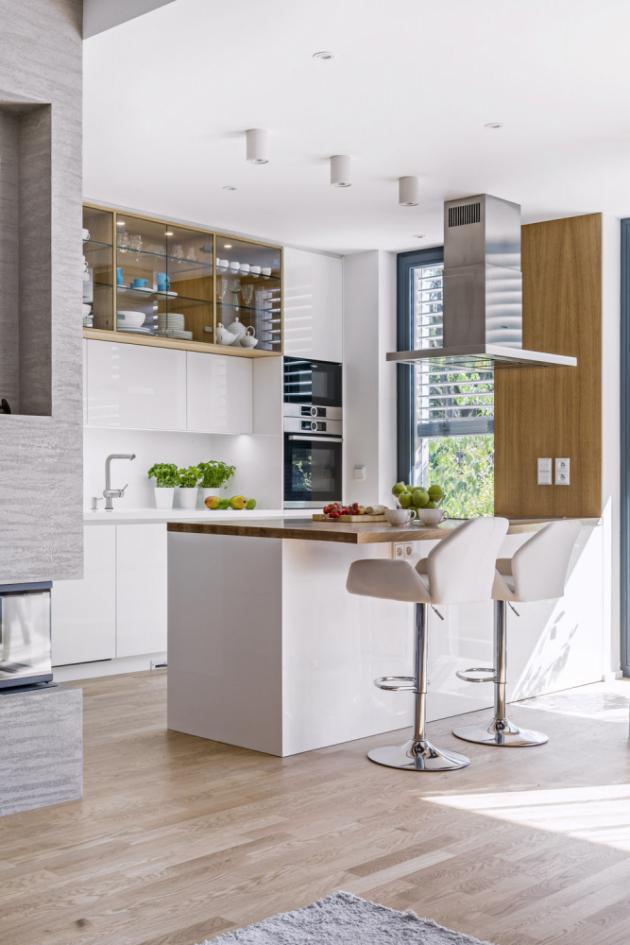 Bílá kuchyň z lakované MDF desky je vybavená spotřebiči značky Bosch