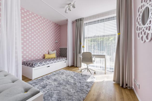Růžovou puntíkatou tapetu zvolila do pokojíku mladší dcera