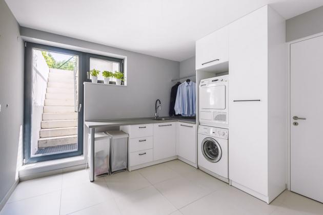 V suterénu je vybudovaná a dokonale vybavená prádelna, která je designérčinou chloubou