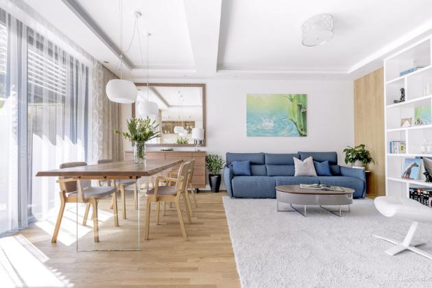 Požadavek majitelů na vzdušný a prosvětlený interiér splňuje přízemní prostor společný pro kuchyň, jídelnu a obývák