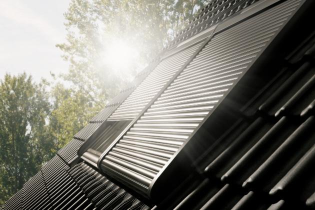 Venkovní roleta VELUX vytvoří maximální ochranu před sluncem, protože dokáže zachytit až 97 % slunečních paprsků. V létě ochrání interiér před přehříváním, v zimě naopak zamezí únikům tepla a sníží náklady na vytápění.