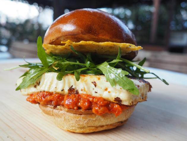 Netradiční burger sesýrem Grilami a chipsemze sýru Gran Moravia