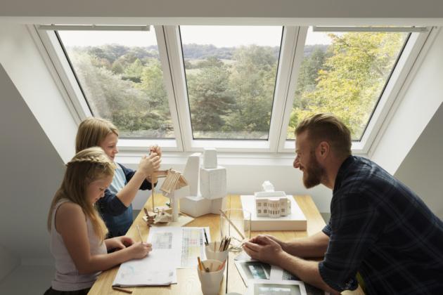 Tři okna v jednom rámu VELUX STUDIO vpustí o 23 % více světla než tři samostatná okna